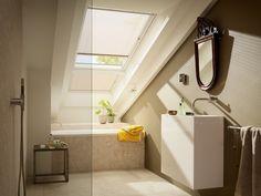 Dans une salle de bains sous les combles, souvent, nous avons le sentiment d'une atmosphère claustrophobe. Avec quelques idées utiles, vous pouvez rendre ce