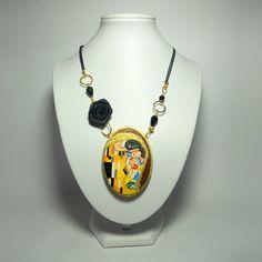 Subito disponibile la collana dipinta a mano col BACIO di Klimt...ricca di dettagli in oro e impreziosita da rosellina  nera in raso!  #collanedipinte #collanedipinteamano #baciodiklimt #libertyoro