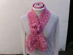 07da78ab3915 écharpe a isa au crochet femme chiné rose décorée d une fleur chiné rose