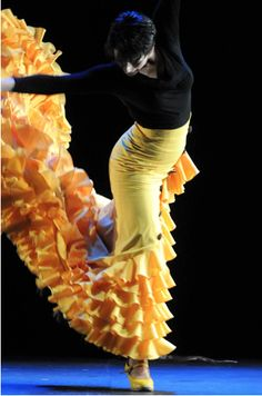 Leonor Leal was born in Jerez de la Frontera, Spain and begun her training in Dance at the age of 9. She holds a degree in Spanish classical dance from the Conservatory of Dance in Seville and a degree in Music Education from the University of Seville. Within the framework of her education she had the opportunity to study flamenco with teachers such as Manolo Marin, Pilar Ortega, Carmen Montiel, Pepa Coral or family Galvan.
