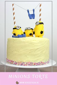 Minions Torte mit Kevin Stuart und Bob aus Fondant und leckerem Vanille und Schokoböden und Füllung mit Blaubeeren und Pistazien Baby Birthday Cakes, Minion Birthday, Birthday Treats, Happy Birthday, Disney Cake Pops, Disney Cakes, Fondant Minions, Nachos, Super Torte