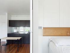 Minimalist Inner City Micro Apartment With Smart Functional Design Tiny Studio Apartments, Small Apartment Design, Apartment Interior, White Apartment, Design Minimalista, Interior Minimalista, Modern Tiny House, Minimalist Apartment, Tiny Spaces