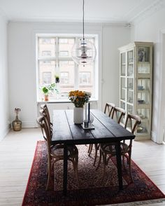 Our Copenhagen apartment: dining room with vintage rug. Nørrebro Summers - Blogi | Lily.fi