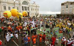 Bahia - Manifestantes de várias centrais sindicais e categorias, além de integrantes do Movimento Passe Livre, realizam ato pelas ruas de Salvador
