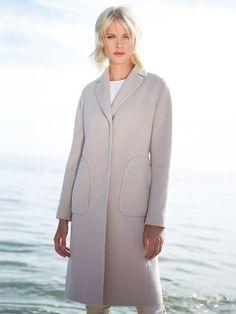 Классическое пальто прилегающего силуэта из шелковистой ворсовой ткани молочного оттенка. Модель имеет английский воротник, втачной рукав и накладные карманы. Изделие декорировано тамбурной строчкой.  Идеальный вариант для весны., арт. 3016290p00008, состав: Основная ткань: шерсть 80 %, полиэстер 20 %; Подкладка: полиэстер 100 %;