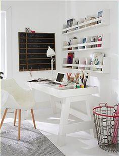 Arbeitstisch Praktischer, kompakter Arbeitstisch aus weiß gestrichenem Holz mit Ablageflächen an der Seite und hinteren Kante.