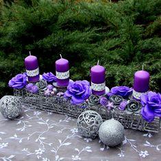 Adventní+svícen+s+fialovými+růžemi+a+svíčkami+Adventnísvícen+sfialovými+svíčkami,+dozdobený+fialovými+a+stříbrnými+růžičkami+a+bobulemi,+vánočními+kouličkami+a+stříbrnými+přízdobami+nadrátěné+štole.+Vánoční+dekorace+na+sváteční+stůl,+která+ani+lety+nezmění+vzhled+a+barvy.+Celkový+rozměr+dekorace+cca+v.+15+cm+x+d.+43+cm+x+š.10cm.+rozměry... Christmas Decorations, Table Decorations, Christmas Ornaments, Modern Homes, Handmade Flowers, Paper Flowers, Tea Lights, Advent, Centerpieces