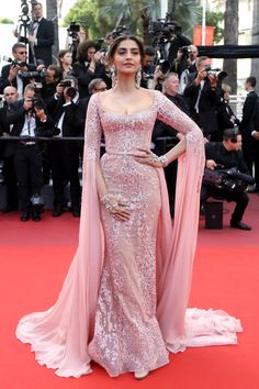 Sonam Kapoor Beaded Dress - Sonam Kapoor looked resplendent in a beaded pink Elie Saab Couture gown with floor-sweeping sleeves at the Cannes Film Festival screening of 'The Meyerowitz Stories. Bollywood Dress, Bollywood Fashion, Indian Designer Outfits, Designer Dresses, Indian Dresses, Indian Outfits, Emo Outfits, Moda Indiana, Evening Dresses