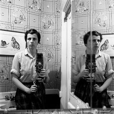 Vivian Maier worked as a nanny and housekeeper in Chicago. But outside of work, Maier was also a photographer who took remarkable self portraits. Now after her death, real estate agent John Maloof has collected. Self Portrait Photography, Film Photography, Street Photography, Urban Photography, Color Photography, Photographer Self Portrait, Photography Magazine, Landscape Photography, Photography Ideas