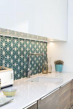 Ideas For Kitchen Renovation Island Storage Kitchen Interior, Backsplash Tile Design, Black Kitchen Handles, Kitchen Remodel, Kitchen Tiles Design, Kitchen Room Design, Kitchen Styling, Kitchen Renovation, Kitchen Design