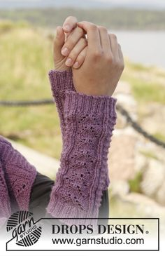 """Mari - Knitted DROPS wrist warmers with lace pattern in """"BabyAlpaca Silk"""". - Free pattern by DROPS Design"""