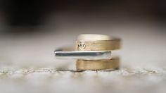 Geelgouden trouwring met zilver. In deze ring zijn de beide trouwringen van haar ouders verwerkt, wat samen met het vierkante stuk stoer zilver (nieuw geluk) een prachtige combinatie vormt. www.atelierclint.nl [Fotografie: Jaleesa]
