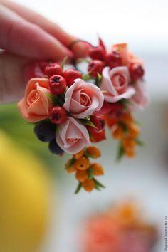 Купить или заказать 'Краски осени'- серьги в интернет-магазине на Ярмарке Мастеров. Серьги по мотивам осенней коллекции 'Краски осени'. Букет цветов в хороводе с ягодами красной и черноплодной рябины, облепихи и шиповника. Полностью ручная работа.