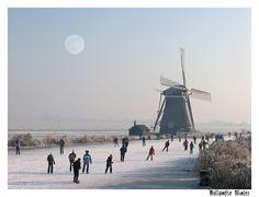 Winter in Holland. Beau paysage. J'aimerai bien pouvoir chausser mes patins et faire pareil.