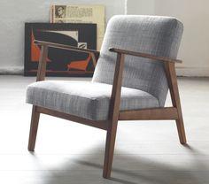 Sæt dig godt til rette i den komfortable EKENÄSET retro lænestol i mørkt løvtræ.