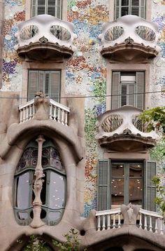 La casa Batlló de Gaudí, el modernismo y sus baldosas hidráulicas en el último piso.
