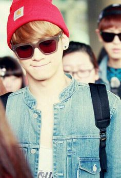 Chen with Chanyeol in the background. Chanyeol somewhat reminds me of Batman.