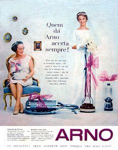 """Campanha da Arno nos anos 50 que ligavam a """"vida a dois"""" regrada a muitos utensílios domésticos. Em décadas passadas, as noivas ostentavam fotos com a cama repleta de presentes dos seus convidados. Era muito comum encontrar um ou vários liquidificadores, ferros (da Black & Decker) entre outros eletrodomésticos.  Neste anúncio da Arno da década de 50 mostra o quanto essa prática era promovida pela publicidade. A escolha certa para agradar uma noiva sempre era um eletrodoméstico."""