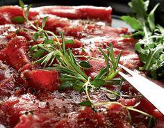 Riimiliha valmistusaika 1 vuorokausi Sekoita suola, pippuri ja yrtit. Hiero mausteseos lihan pintaan. Kääri lihapala folioon ja pane paketti muovipussiin. Anna maustua ainakin puoli vuorokautta (mieluiten vuorokausi) jääkaapissa. Kääntele pakettia muutaman kerran maustumisen aikana. Paksun fileen voi halkaista kahtia ennen maustamista. Siirrä lihapaketti pakastimeen ja anna kohmettua neljä-viisi tuntia. Leikkaa liha ohuen ohuiksi, lastumaisiksi viipaleiksi. …