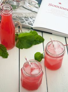 rabarbersaft opskrift Juice Smoothie, Smoothie Recipes, Smoothies, Good Food, Yummy Food, Fat Burning Detox Drinks, Rhubarb Recipes, Everyday Food, Afternoon Tea