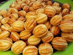 Reteta de nuci umplute este una veche si extrem de iubită • Gustoase.net Romanian Food, Gem, Biscuits, Almond, Sweets, Cookies, Martha Stewart, Winter, Christmas