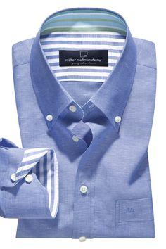 KUNSTVOLL KOMBINIERT Raffinierte optische Details wie kontrastfarbene Stoffe an Hemdkragen, Manschette oder anderswo stehen jetzt bei Mode-Kennern hoch im Kurs. Ob Sie dabei vielfarbig leuchten, mit Kontrastfarben spielen oder sich doch für eine ganz pure Variante entscheiden, liegt ganz allein in Ihrem Ermessen.
