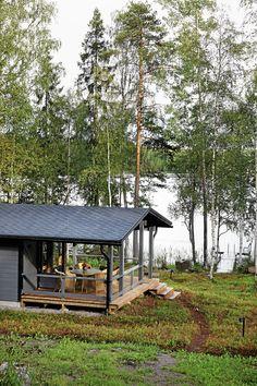 Maastoon on ostettu turvemattoa, kunttaa, jossa kasvaa mustikkaa ja puolukkaa. Prefab Cottages, Lake Beach, Little Cabin, Tiny House, Us Beaches, Lake Life, Cottage Homes, Lodges, The Great Outdoors