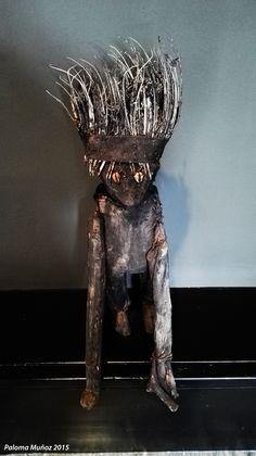 Talla en madera con tocado, probablemente un ancestro. Woodcarving with headdress, probably an ancestor.