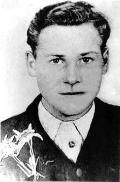 Although Bartholomäus Schink belonged to the Hitler Youth, as a 16-year-old he often met up with young people from Cologne who identified with the Edelweißpiraten (Edelweiß Pirates), a loosely organized youth culture movement. In the late summer of 1944 Schink and his younger friend, Günter Schwarz, joined an illicit group around Hans Steinbrink, an escaped prisoner from a concentration camp.