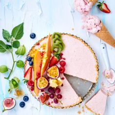 Picture-perfect strawberry cheesecake ice-cream tart with summer fruit – delicious! Cheesecake Ice Cream, Strawberry Cheesecake, Sweet Tarts, Summer Fruit, New Recipes, Yummy Food, Treats, Baking, Ethnic Recipes