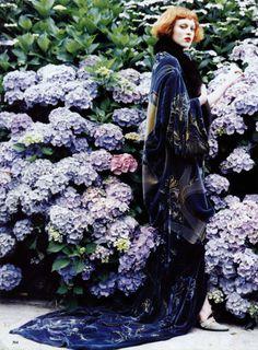 Les hortensias, j'adore !!!!  Karen Elson by Ellen von Unwerth for Vogue US November 1997.