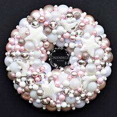 Wianek swiateczny... ☆♡☆ Szampanski i roz ♥️ Piekne szklane bombki z napisami. #Wianek #winter #wiankigreendeco #wrearths #wreathhome #wreathchristmas #christmasflowers #christmas #xmas #bozenarodzenie #wnetrza #homesweethome #homedecor #decorationschristmas #decorations #shoponline #creative #handmade #rekodzielo #design #winter #snow #christmastime #interior4you #dekoracje #dodatkidodomu #ozdobyswiateczne #swieta #interior #inspiration #creative