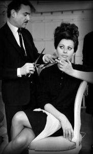 'celebrity' hair stylist Alexandre De Paris waving shears while Ms Sophia Loren smokes to stay calm Liza Minnelli, Old Hairstyles, Vintage Hairstyles, Lauren Bacall, Elizabeth Taylor, Audrey Hepburn, Pierre Balmain, Hollywood Stars, Old Hollywood