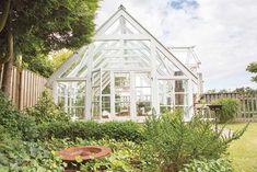 Kerstin og Lars-Göran Winberg drømte om et ekstra rom i hagen. Se hvordan de bygde sitt vakre drivhus av nesten bare gjenbruksmaterialer.