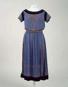 * Robe « Donatienne », hiver 1920-1921. Crêpe de soie bleu et corail, velours de coton noir, broderies de corail, perles et fils de soie corail Jeanne Lanvin Collection Palais Galliera