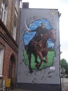 """Mural """"Ułan na Koniu"""" - Leszno Mural Ułan na koniu, ma przypominać, że po drugiej stronie ulicy były kiedyś koszary 17 Pułku Ułanów."""