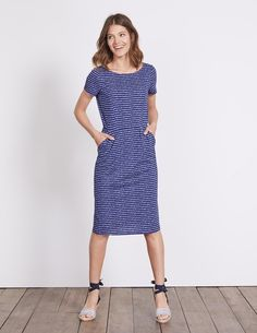 When you're rushing to get ready, this dress is easy-peasy to wear, and super-comfortable too. Clever seams give you a flattering shape, while pockets come in handy for storing all your little bits and pieces. It's made from thick cotton fabric that will smooth your silhouette and is printed with striking patterns.
