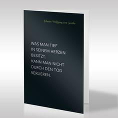"""Ein Zitat von Johann Wolfgang von Goethe steht im Zentrum dieser schwarzen Trauerkarte im Hochformat. Durch die weiße Schrift hebt sich das Zitat, das lautet """"Was man tief in seinem Herzen besitzt, kann man nicht durch den Tod verlieren"""", deutlich ab und bildet zusammen mit dem farbigen Schriftzug des Namens einen starken Kontrast. https://www.design-trauerkarten.de/produkt/literatur-des-abschieds-6/"""
