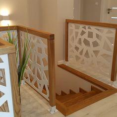 balustrada ażurowa Modern Stair Railing, Staircase Handrail, Stair Railing Design, Modern Stairs, Ceiling Design Living Room, Living Room Designs, Home Decor Wall Art, Room Decor, Door Design
