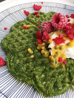 These amazingly green spinach waffles are so delicious! Enjoy with sweet or salty fillings! The perfect breakfast. Perfect Breakfast, Risotto, Spinach, Waffles, Treats, Sweet, Ethnic Recipes, Food, Sweet Like Candy