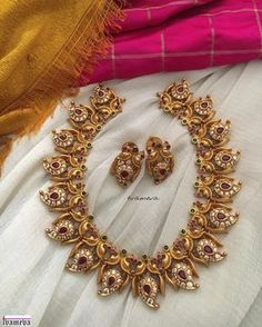 Gold Jewelry For Bridesmaids Gold Jewelry Simple, Trendy Jewelry, Indian Wedding Jewelry, Bridal Jewelry, Indian Jewelry, Mango Necklace, Gold Jewellery Design, Handmade Jewellery, Antique Jewellery