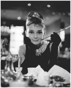 """A. Hepburn dans """"Diamants sur canapé"""", B. Edwards, 1961, d'après le roman de y. Capote (1958)."""