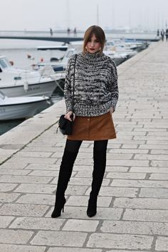 Women's Black and White Cable Sweater, Tobacco Suede Button Skirt, Black Suede Over The Knee Boots, Black Suede Crossbody Bag Dr Martens Outfit, Modest Outfits, Skirt Outfits, Fall Outfits, Nylons, Pull Torsadé, Pullover Outfit, Button Skirt, Cable Sweater