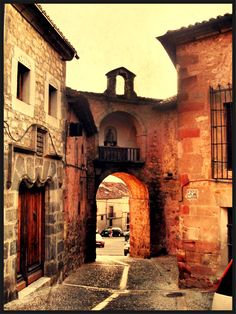 Pueblo de Sigüenza, Castilla La Mancha Spain. Oh The Places You'll Go, Great Places, Places To Travel, Beautiful Buildings, Beautiful Places, Hispanic Art, Barcelona Catalonia, Balearic Islands, Spain And Portugal