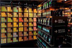 T2 Tea Store (Londres). O estoque da loja fica na própria área de vendas, deixando o produto organizado e a loja decorada!