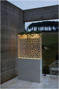 De Castelli, bijzonder lichtelement en plantenbak.