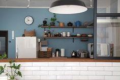"""[photo_simple photo_id=""""1660699"""" class=""""one-column img-center""""]RoomClipユーザーの素敵なキッチンを紹介する「憧れのキッチン」連載。 今回は、どことなくトラディショナルな雰囲気も漂う、心地よい裏路地cafe風なkazenさんのキッチンをご紹介します。ライフスタイルを無理なくcafeスタイルに落とし込む、自然体が様になる空間です。"""