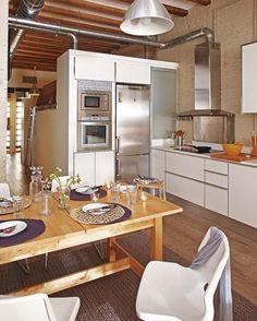Placa metalica bajo la campana, muebles blancos, electrodomesticos metalicos, persiana gris