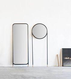 Dieser runde Spiegel ist entworfen worden, um einfach gegen eine Wand zu lehnen, auf seinen langen Stahlrohrbeinen mit Kork Füßen oder an der Wand zu hängen. Hier entdecken und kaufen: http://sturbock.me/aC5