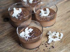 Recept på mejerifri chokladpudding på kokosmjölk. Snabb att göra och utan raffinerat socker. Servera med kokoschip och kakaonibs. Paleo dessutom!